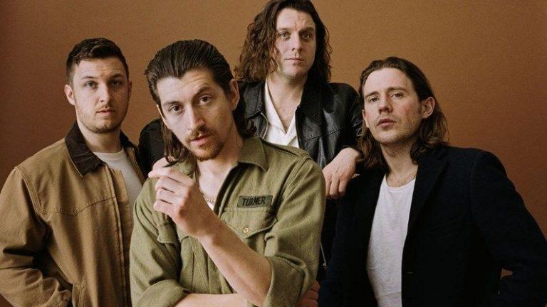 Não é bem um regresso, mas... os Arctic Monkeys anunciam álbum ao vivo