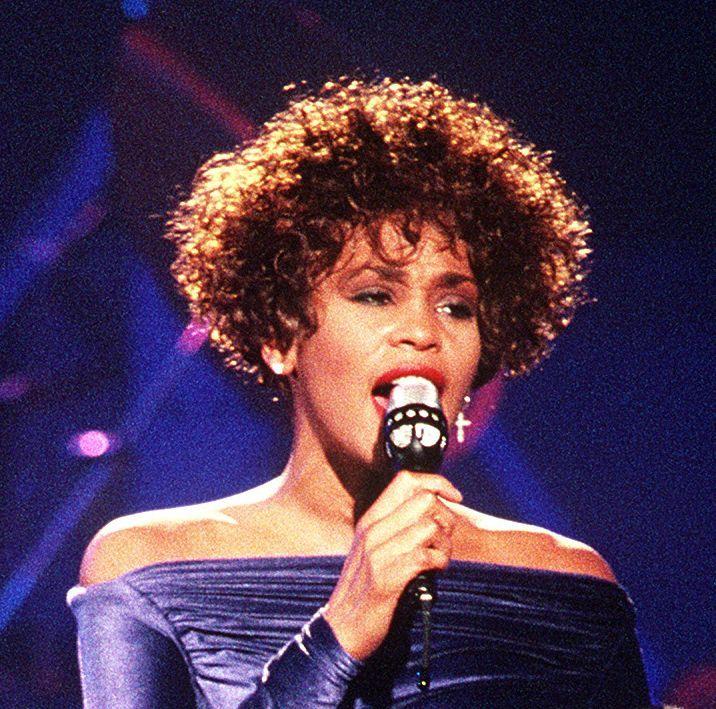 Whitney Houston se torna a primeira artista negra com três álbuns de diamante