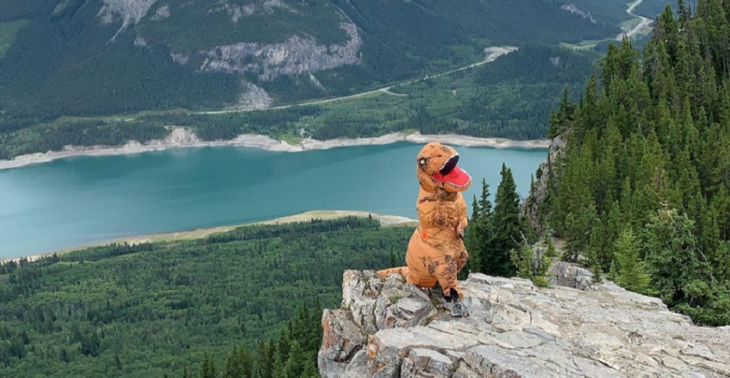 Canadiano escala com fato de dinossauro - camões Rádio - Canadá