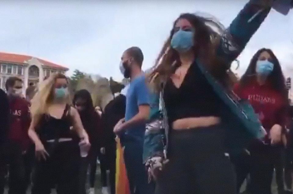 protestam contra reitor com música dos Metallica - Camões Rádio - Turquia