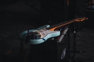 guitarrista toca com os pés - Camões Rádio - Brasil