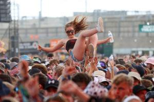 rapariga perde dedo Festival de Reading - Camões Rádio - Música